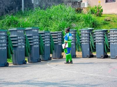 libreville-clean-africa-offre-des-bacs-a-ordure-aux-populations-du-1er-et-5e-arrondissement