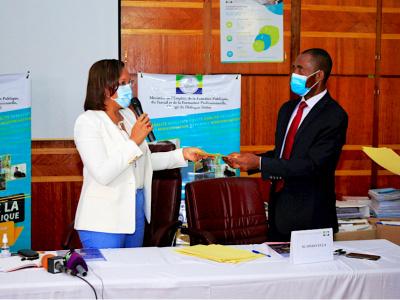 madeleine-berre-a-recu-le-projet-de-revision-du-cadre-juridique-et-institutionnel-de-la-fonction-publique-gabonaise